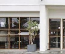 创意门面:白色墙体+木框玻璃门窗+一盆绿植+一块黑板