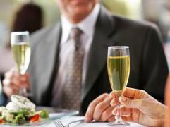 在婚宴上新郎新娘给亲戚好友敬酒时怎么说结婚敬酒词?